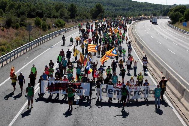 Simpatizantes independentistas caminan por la
