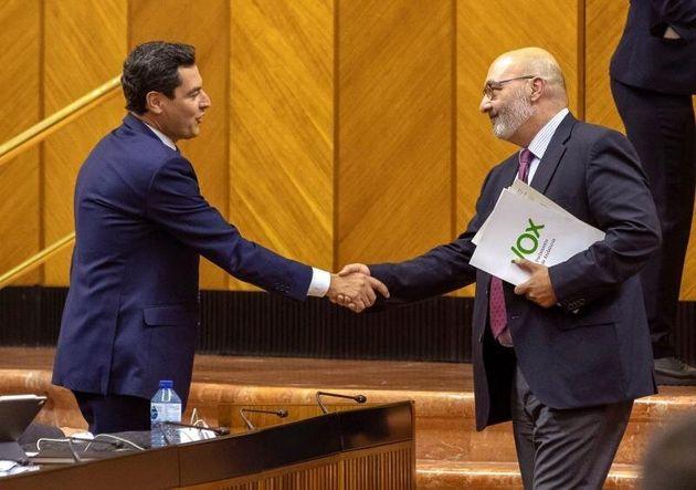 El presidente andaluz, Juanma Moreno, y el portavoz de Vox, Alejandro Hernández, en el