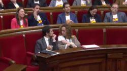 Un conseller de Torra sorprende con este gesto durante la intervención de Roldán (Cs) en el