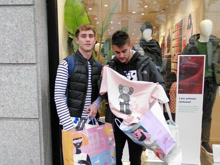 Javier y Rubén, tras comprar camisetas de Kaws en la tienda de Uniqlo.