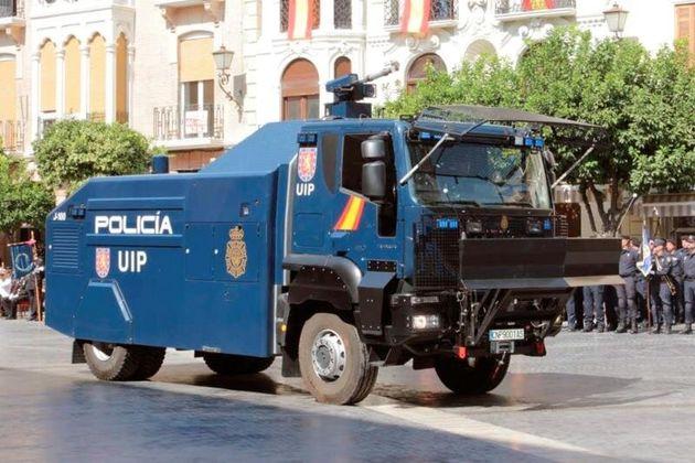 Fotografía facilitada por la Policía Nacional que muestra la tanqueta de agua que el cuerpo...