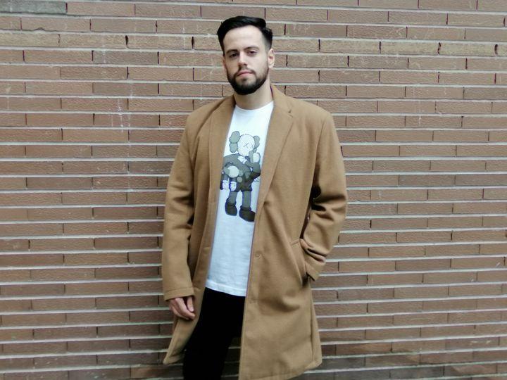 Adrián Torres, joven de 27 años, con la camiseta de Kaws.