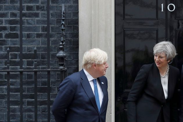 Theresa May y Boris Johnson, ante la residencia de Downing Street, en mayo de