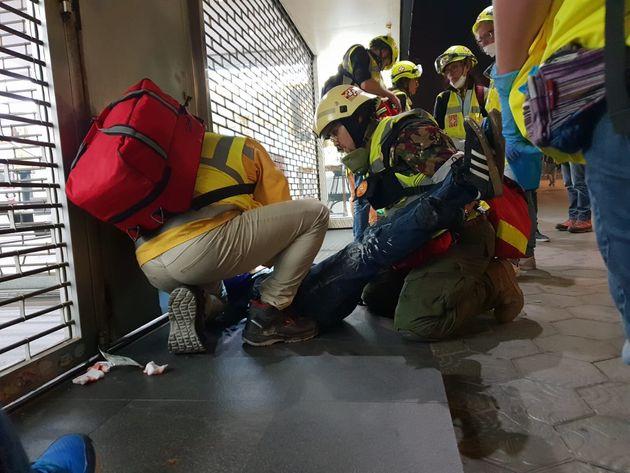 Asistencias médicas atienden a un herido en