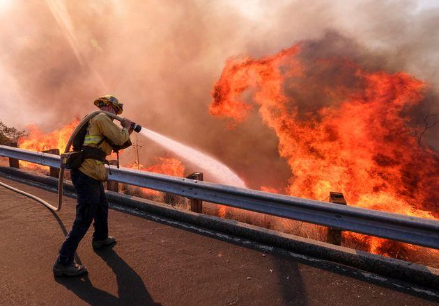 2018年に起きた火災で、消火にあたる消防士