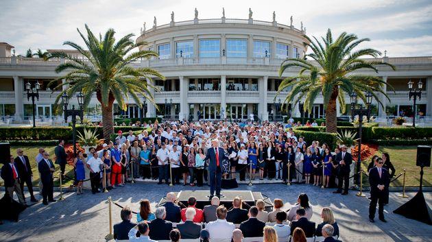 2016년 10월 아직 공화당 대통령 후보일 당시 트럼프가 자신의 도럴 리조트에서 이 장소가 얼마나 G7 정상회담을 하기에 적합한지를 설명하고