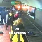 Poussée par inadvertance sur les rails, cette femme a été sauvée in