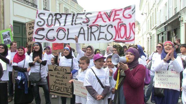 Des mères revendiquant le droit d'accompagner leurs enfants lors de sorties scolaire manifestent, le...
