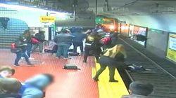 Sviene mentre arriva il metrò: donna cade sui binari e viene salvata dai passeggeri