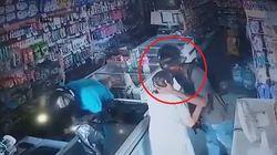 L'anziana gli offre i soldi durante la rapina, il ladro rifiuta e la bacia