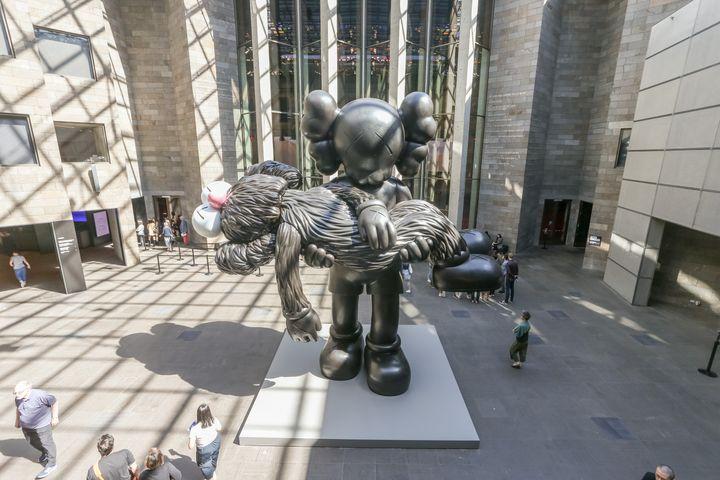 Una escultura de Kaws en la National Gallery de Victoria, en Melbourne, Australia.