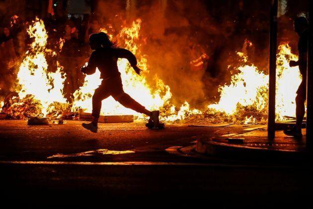 Vendredi explosif à Barcelone après quatre nuits de violences (ici un militants devant des barricades...