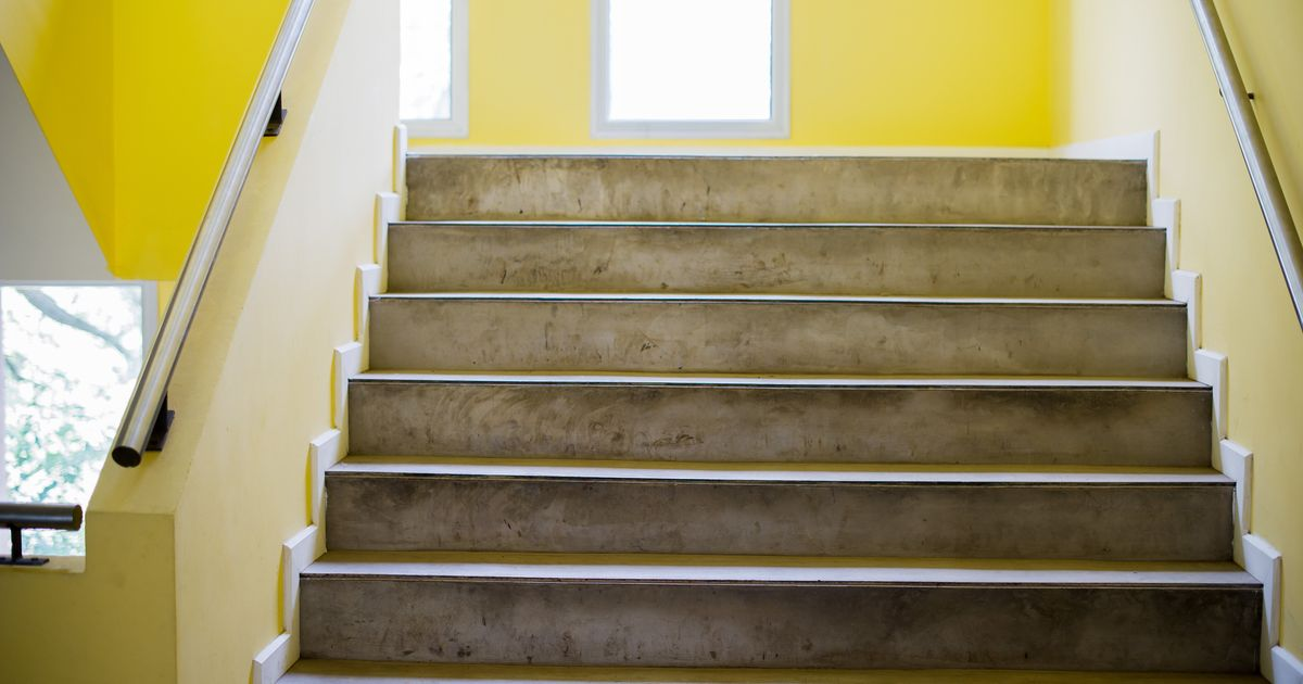 Bambino di 6 anni precipita nella tromba delle scale a scuola: è in gravi condizioni