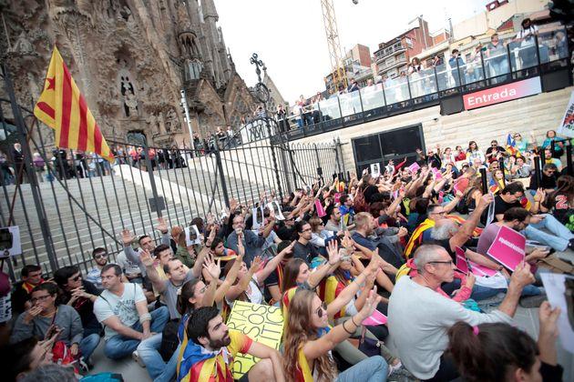 Centenares de personas protagonizan una sentada ante la Sagrada Familia de Barcelona este
