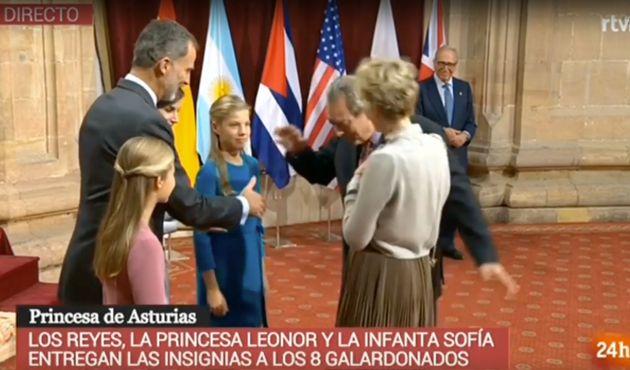 Paul Auster saluda a Felipe, Letizia, Leonor y