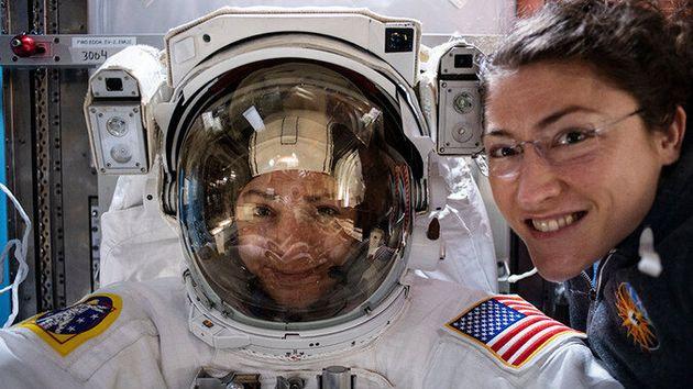 La astronauta Christina Koch (derecha) posa con su compañera de la NASA Jessica Meir (izquierda), que...