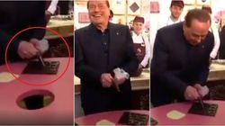 Berlusconi si reinventa pasticciere con la sac à poche: