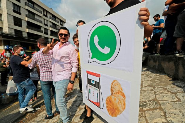 Des manifestants libanais dans la région de Jounieh, au nord de Beyrouth, le 18 octobre
