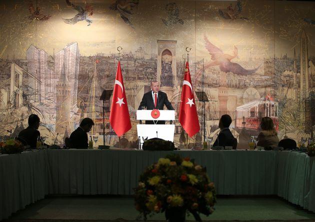 O Tαγίπ Ερντογάν απευθύνεται στους ξένους ανταποκριτές σε συνέντευξη Τύπου στο Ντολμάμπαχτσε της Κωνσταντινούπολης, στις 18 Οκτωβρίου 2019.