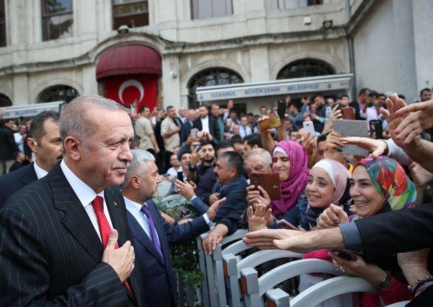 Ο Ταγίπ Ερντογάν χαιρετά τα πλήθη έξω από το τέμενος Βαλιντέ Σουλτάν στην Κωνσταντινούπολη, μετά την προσευχή της Παρασκευής στις 18 Οκτωβρίου 2019.