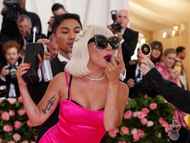 Η Lady Gaga «χάθηκε» από την σκηνή αγκαλιά με τον θαυμαστή της ενώ