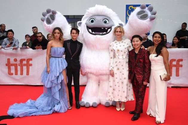 Les acteurs Chloe Bennet, Tenzing Norgay Trainor, Sarah Paulson, Albert Tsai et Michelle Wong posent...