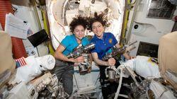 Les astronautes Christina Koch et Jessica Meir écrivent