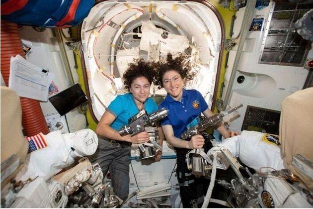 Η Τζέσικα Μέιρ (αριστερά) μαζί με την Κριστίνα Κοχ στον Διεθνή Διαστημικό Σταθμό.