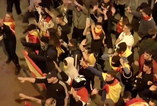 Des militants espagnols d'extrême droite dans les rues de Barcelone dans la nuit du 17 au 18 octobre