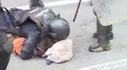 Las imágenes de cómo un agente de policía reduce a un manifestante independentista en