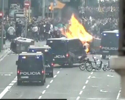 Fuego durante las manifestaciones en