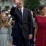Lo que la familia real ha tenido que ver al bajar del coche en Oviedo: no les ha podido