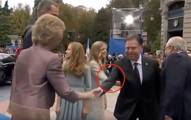 Los reyes, sus hijas y la reina Sofía antes de entrar en el teatro