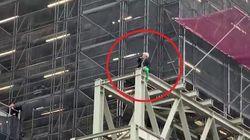Manifestante per il clima si arrampica sul Big Ben mascherato da Boris Johnson
