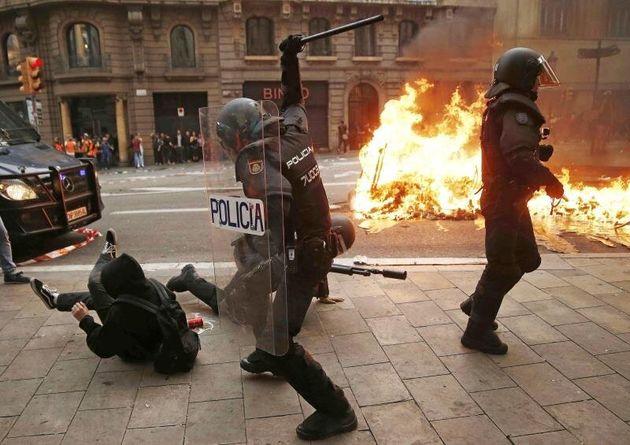 Noche 5 después de la sentencia: Barcelona vuelve a arder entre barricadas tras una jornada