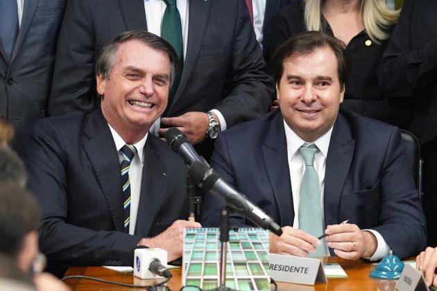 Presidente Jair Bolsonaro entrega ao presidente da Câmara, Rodrigo Maia (DEM-RJ), o projeto de...