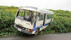 小学生18人乗るマイクロバスが土手から転落 複数人が軽いけが