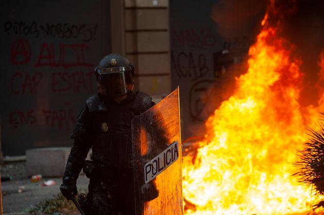Un policía antidisturbios durante los enfrentamientos en