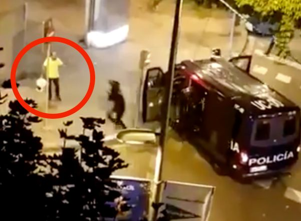 La policía arresta a un hombre que apagaba una barricada en