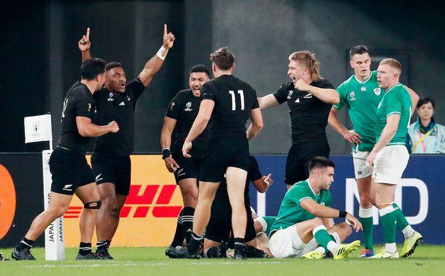 Aaron Smith et ses coéquipiers célèbrent un des nombreux essais de la Nouvelle-Zélande...