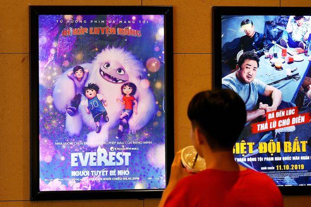 Un garçon regarde une affiche du film d'animation «Everest Nguoi Tuyet Be Nho», également...