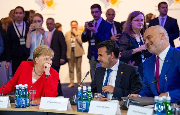 Η καγκελάριος Αγκελα Μέρκελ με τους πρωθυπουργούς της Βόρειας Μακεδονίας Ζοραν Ζάεφ και της Αλβανιας Εντι Ράμα, στην σύνοδο κορυφής των Δυτικών Βαλκανίων. Ο στόχος της συνάντησης ήταν να δοθεί βοήθεια στις δύο χώρες με στόχο να δοθεί και ώθηση στην προοπτική ένταξής τους στην ΕΕ. Αλλά...