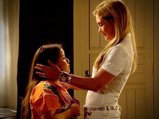 A vilã Caminha (Adriana Esteves) com a filha Ágata (Ana