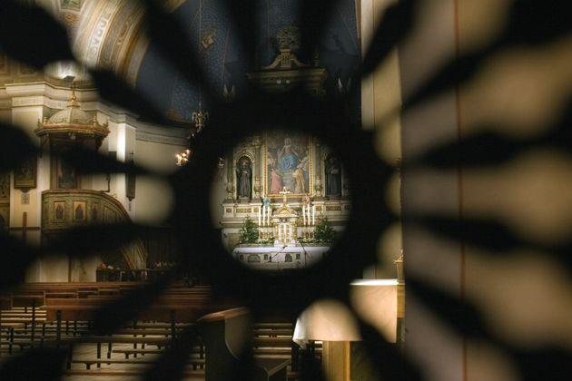 Ο ναός διακρίνεται μέσα...