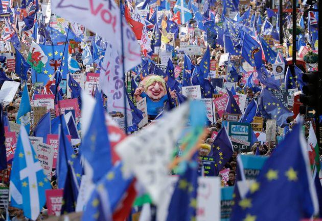 La piazza del People's Vote a Londra esulta per la sconfitta di