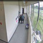 ΒΙΝΤΕΟ: Γυμναστής αφοπλίζει και αγκαλιάζει ένοπλο μαθητή που ετοιμάζεται να