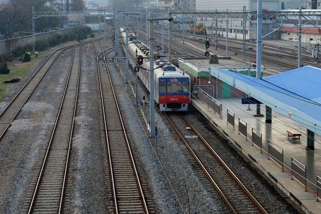 서울 구로구 오류동역 철도부지를 서울지하철1호선이 지나고 있다.