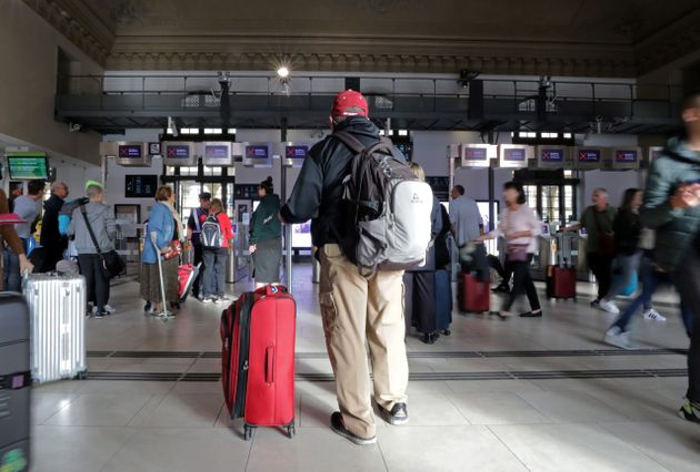Un passager attend son train à la gare de