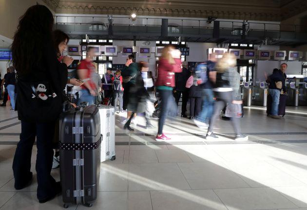 Des voyageurs en gare de Nice vendredi 18 octobre 2019, jour de perturbation à la SNCF après...