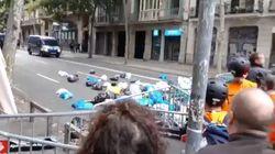 Manifestantes lanzan bolsas de basura junto a la Delegación del Gobierno en
